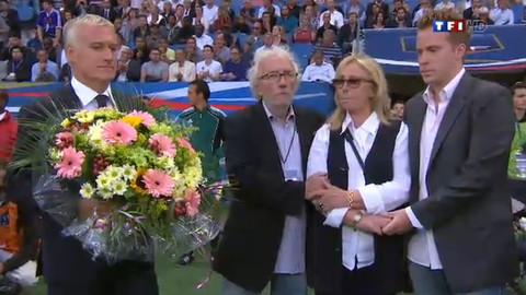 La minute d'applaudissement pour Thierry Roland