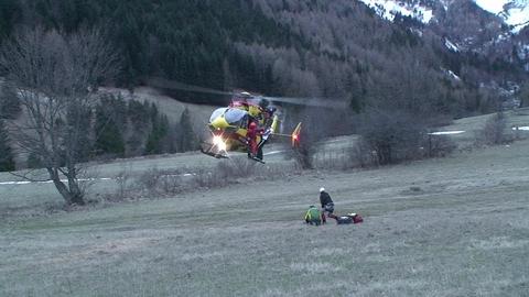 Vidéo internaute : deux hélicos évacuent un télésiège
